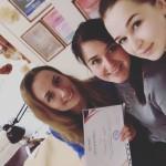 Ученица получает сертификат после успешной отработки работы на модели